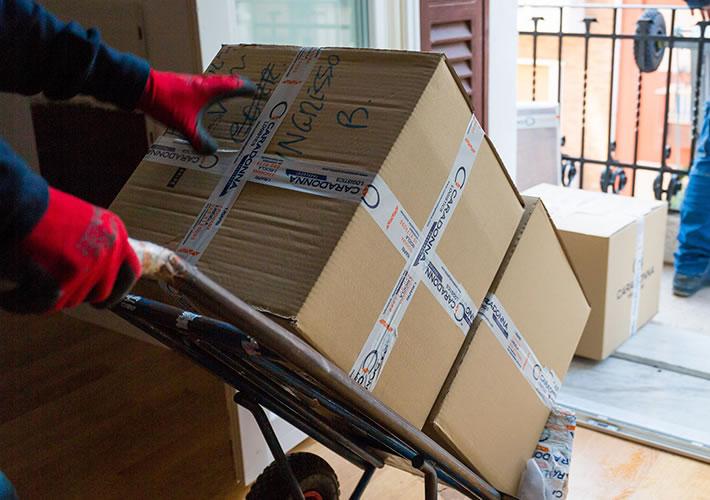 facchinaggio di scatole pesanti come grandi elettrodomestici, frigo o lavatrici